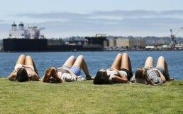 Un quartet de jeune femme exposant au soleil au parc d'Embarcadero Image libre de droits