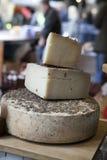 Un queso parmesano auténtico envejecido del reggiano del parmesano con el wrapp fotografía de archivo