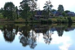 Un règlement est situé avec les bâtiments sans étage, situés sur le rivage du réservoir, au milieu de l'été Photos stock