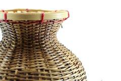 Un récipient en bambou pour les poissons pêchés sur le fond blanc Image libre de droits