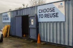 Un récipient pour la collection d'articles de charité au centre de réutilisation favorable à l'environnement moderne dans le comt image stock