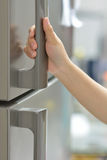 Un réfrigérateur d'ouverture de main Photo libre de droits
