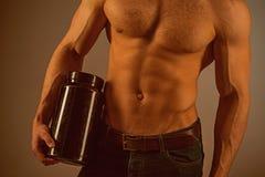 Un régime nutritif élevé L'hormone anabolique augmente la force musculaire Nutrition de vitamine Régime sain Prise d'homme fort images stock