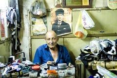 Un réparateur de chaussure malpropre et vieux Images stock