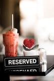 Un réservé se connecte un Tableau dans le restaurant Images libres de droits