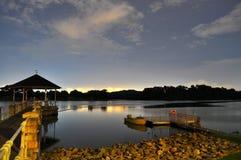 Un réservoir avec de l'eau calme par nuit Photographie stock libre de droits