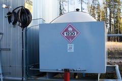 Un réservoir de méthanol à l'installation de tête de puits de gaz naturel Photos libres de droits