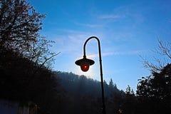 Un réverbère dans la nature ensoleillée en Bulgarie, ciel bleu Image libre de droits