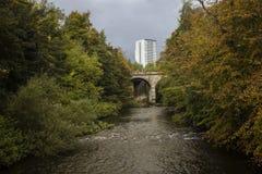 Un río aunque la ciudad de Glasgow foto de archivo