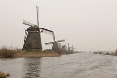 Un río con los molinoes de viento en Kinderdijk foto de archivo libre de regalías