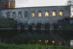 Un río con una fábrica en el fondo Imagenes de archivo