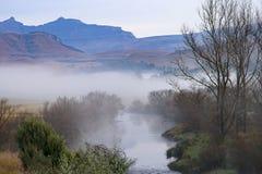 Un río corre a través de las colinas de la cordillera de Drakensberg en Underberg en Suráfrica Imagen de archivo libre de regalías