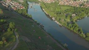 Un río en los viñedos y el bosque medios del ocaso almacen de metraje de vídeo