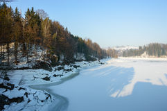 Un río grande en un valle de la montaña, el nivel del agua baja, invierno Imágenes de archivo libres de regalías