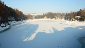 Un río grande en un valle de la montaña, el nivel del agua baja, invierno Foto de archivo libre de regalías