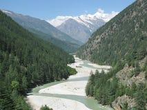 Un río que serpentea a través del valle estrecho Imagen de archivo libre de regalías