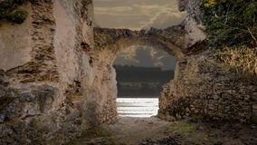 Un río visto dentro de una ruina almacen de metraje de vídeo