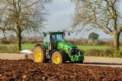 Un raccolto della barbabietola da zucchero in corso - il trattore ed il rimorchio scaricano le barbabietole da zucchero Fotografia Stock