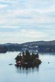 Un racimo de casas en una isla minúscula cerca de la ciudad noruega de Bergen, septiembre de 2016 Imagenes de archivo