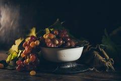 Un racimo de uvas jugosas frescas en el cuenco del metal Fotografía de archivo libre de regalías