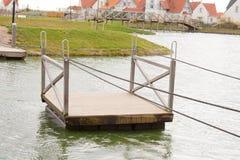 Un radeau de ferry flotte sur l'eau Photographie stock libre de droits
