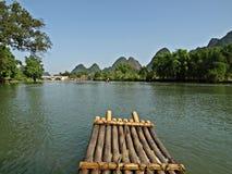 Un radeau sur le long fleuve de Yu avec la montagne de Karst Photos stock