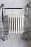 Un radiatore della stanza da bagno del bicromato di potassio Fotografie Stock Libere da Diritti