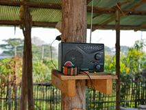 Un radioricevitore obsoleto che è utilizzato a casa in una zona rurale della Tailandia fotografia stock