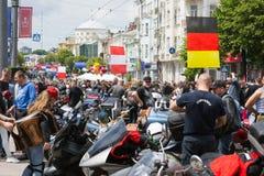 Un raduno dei motociclisti per la celebrazione del giorno di Europa e la gente che esamina che cosa sta accadendo fotografia stock libera da diritti