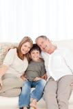 Un ragazzino con i suoi nonni Immagini Stock Libere da Diritti