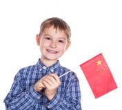 Un ragazzino con la bandiera del cinese Immagine Stock
