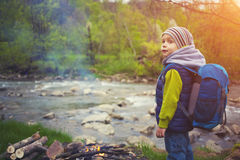 Un ragazzino con uno zaino Fotografie Stock
