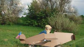 Un ragazzino guida un aereo casalingo del cartone archivi video