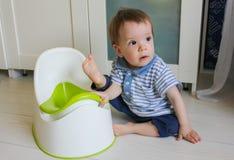 Un ragazzino impara andare potty Abitui il bambino al potty Immagini Stock Libere da Diritti