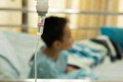 Un ragazzino malato nel letto di ospedale Fotografia Stock