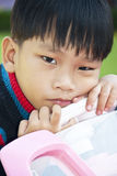 Un ragazzino nel colore di colore rosa del giocattolo dell'automobile Fotografie Stock Libere da Diritti