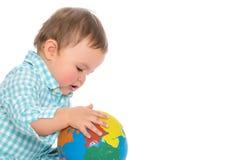 Un ragazzino sta giocando con un globo Fotografia Stock Libera da Diritti