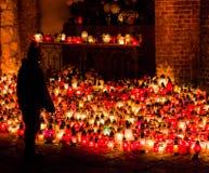 Un ragazzo è pregante e mettente a fuoco sulle candele durante tutto il san Fotografia Stock Libera da Diritti