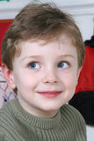 Un ragazzo adorabile di quattro anni con i grandi occhi azzurri immagine stock