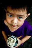 Un ragazzo affamato Fotografia Stock