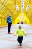 Un ragazzo allegro emozionale divertente cammina da un'andatura di modello e vestito in un rivestimento di autunno bambino adorab Fotografia Stock