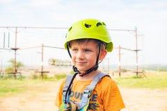 Un ragazzo in un casco giallo in un parco estremo immagini stock