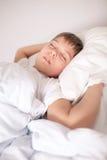 Un ragazzo che dorme al tempo di giorno fotografia stock