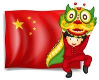 Un ragazzo che fa ballo del drago davanti alla bandiera della Cina royalty illustrazione gratis