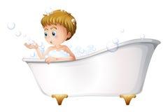 Un ragazzo che gioca alla vasca mentre prendendo un bagno Fotografia Stock Libera da Diritti