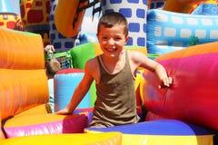 Un ragazzo che gioca sul campo da giuoco. Fotografie Stock Libere da Diritti