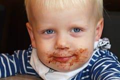 Un ragazzo che gode del cioccolato Fotografia Stock