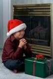 Un ragazzo che prega per il regalo Fotografie Stock