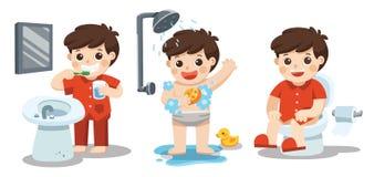 Un ragazzo che prende un bagno, denti di spazzolatura, sedentesi sulla toilette Fotografie Stock