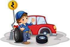 Un ragazzo che ripara un'automobile rossa Fotografie Stock Libere da Diritti